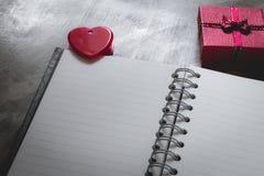 Fond de jour du ` s de Valentine, coeur rouge avec la rose rouge de blanc, ruban Photographie stock libre de droits