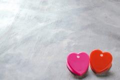 Fond de jour du ` s de Valentine, coeur rouge avec la rose rouge de blanc, ruban Photos stock