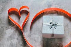 Fond de jour du ` s de Valentine, coeur rouge avec la rose rouge de blanc, ruban Images libres de droits