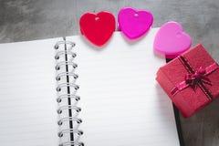 Fond de jour du ` s de Valentine, coeur rouge avec la rose rouge de blanc, ruban Photo stock