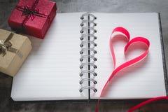 Fond de jour du ` s de Valentine, coeur rouge avec la rose rouge de blanc, ruban Image libre de droits