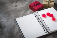 Fond de jour du ` s de Valentine, coeur rouge avec la rose rouge de blanc, ruban Photos libres de droits