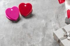 Fond de jour du ` s de Valentine, coeur rouge avec la rose rouge de blanc, ruban Images stock