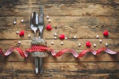 Fond de jour du ` s de Valentine, cuillère, fourchette, couteau, coeurs Photo libre de droits