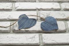 Fond de jour du ` s de Valentine de coeur de denim du mur de briques blanc Image libre de droits