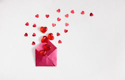 Fond de jour du ` s de Valentine, enveloppe rouge avec des coeurs Photographie stock libre de droits