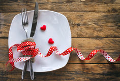 Fond de jour du ` s de Valentine, plat blanc, fourchette, couteau Images libres de droits