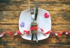 Fond de jour du ` s de Valentine, plat blanc, fourchette, couteau, tissu deux Image libre de droits