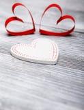 Fond de jour du ` s de Valentine avec des coeurs sur le fond en bois blanc Image libre de droits