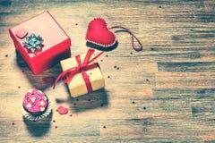 Fond de jour du ` s de Valentine avec des présents et des coeurs décoratifs Photo stock