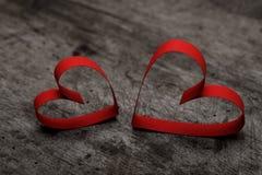 Fond de jour du ` s de Valentine avec deux coeurs sur le fond en bois Photos stock
