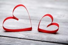 Fond de jour du ` s de Valentine avec deux coeurs sur le fond en bois blanc Images stock