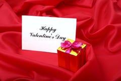 Fond de jour du ` s de Valentine avec le boîte-cadeau et la carte de voeux Images stock