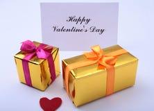 Fond de jour du ` s de Valentine avec le coeur, le boîte-cadeau et la carte de voeux rouges Photographie stock