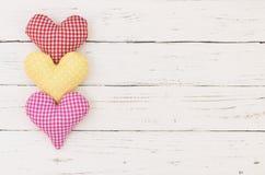 Fond de jour du ` s de Valentine avec les coeurs colorés sur le bois blanc avec l'espace pour le texte Images stock