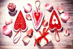 Fond de jour du ` s de Valentine avec les coeurs et le pétale de rose décoratifs Images libres de droits