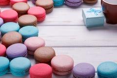 Fond de jour du ` s de Valentine avec les macarons et la boîte colorés d'anneau au-dessus du fond en bois blanc Place pour le tex Photo stock