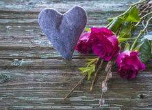 Fond de jour du ` s de Valentine avec les roses pourpres Photographie stock libre de droits