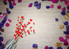 Fond de jour du ` s de Valentine coeur sur le bâton en pot et fleurs Image libre de droits