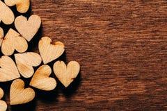 Fond de jour du ` s de Valentine Coeurs en bois Images stock