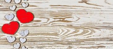Fond de jour du ` s de Valentine Coeurs faits maison faits de bois sur un fond en bois Le coeur est un symbole de l'amour Photo libre de droits