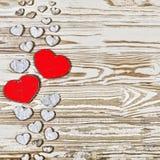 Fond de jour du ` s de Valentine Coeurs faits maison faits de bois sur un fond en bois Le coeur est un symbole de l'amour Photos stock