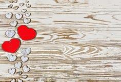 Fond de jour du ` s de Valentine Coeurs faits maison faits de bois sur un fond en bois Le coeur est un symbole de l'amour Images libres de droits