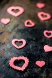 Fond de jour du ` s de Valentine - coeurs sur le conseil noir Photographie stock