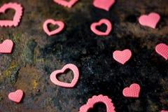 Fond de jour du ` s de Valentine - coeurs sur le conseil noir Image stock