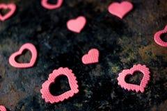 Fond de jour du ` s de Valentine - coeurs sur le conseil noir Images stock