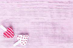 Fond de jour du ` s de Valentine Deux coeurs avec des pinces à linge sur un fond violet Vue supérieure, l'espace de copie images stock