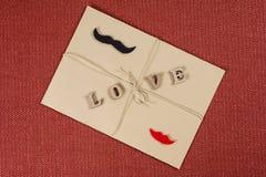 Fond de jour du ` s de Valentine, enveloppe brune de papier d'emballage avec l'amour de mot, avec la corde de papier d'emballage Images libres de droits
