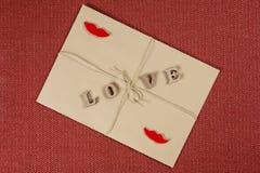Fond de jour du ` s de Valentine, enveloppe brune de papier d'emballage avec l'amour de mot, avec la corde de papier d'emballage  Images stock