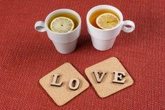 Fond de jour du ` s de Valentine, l'amour de mot sur deux supports de liège Photo stock