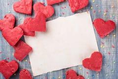 Fond de jour du ` s de Valentine, papier sur la table en bois Images libres de droits