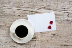 Fond de jour du ` s de Valentine, tasse de café et formes de coeur Photo libre de droits