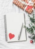 Fond de jour du ` s de Valentine Videz le carnet vide, le boîte-cadeau, fleurs sur un fond blanc, vue supérieure L'espace libre Photo stock