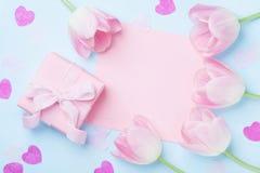 Fond de jour de femme Cadeau ou boîte actuelle, liste de papier rose, coeurs et vue supérieure de fleurs de tulipe Belle carte de Photos stock