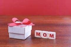 Fond de jour de mères avec la boîte et le ruban rouge Photos stock