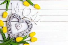Fond de jour de mères avec le coeur décoratif et les tulipes jaunes o Images libres de droits