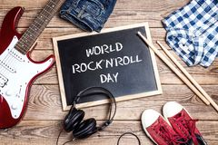 Fond de jour de petit pain de ` du ` n de roche du monde avec le tableau noir, equipmen de musique Photo libre de droits