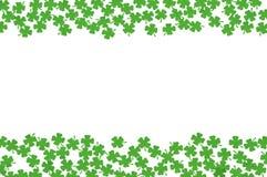 Fond de jour de St Patricks avec des frontières de côté et des quatrefoils verts d'isolement sur le blanc Photo stock