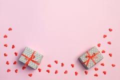 Fond de jour de Valentine Boîte-cadeau, coeurs rouges et carte de Saint Valentin avec l'espace de copie sur le fond rose image stock