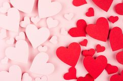 Fond de jour de Valentine Courant des coeurs rouges et roses de papier de mouche sur le contexte rose de couleur Photo libre de droits