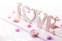 Fond de jour de valentines avec amour en bois de mot Images stock
