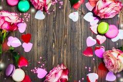 Fond de jour de valentines avec des roses, des macarons et des coeurs décoratifs Photo libre de droits