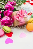 Fond de jour de valentines avec des roses, des macarons et des coeurs décoratifs images libres de droits