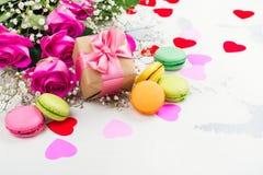 Fond de jour de valentines avec des roses, des macarons et des coeurs décoratifs Image stock