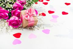 Fond de jour de valentines avec des roses, des macarons et des coeurs décoratifs Images stock