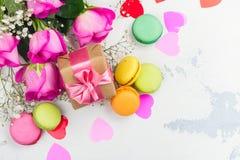 Fond de jour de valentines avec des roses, des macarons et des coeurs décoratifs Photographie stock libre de droits